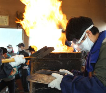 燃え続ける炎!小学生がたたら体験学習。